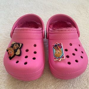 Crocs pink, lined, with 2 shoe charms